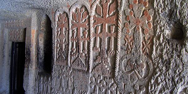Khatchkars rupestres à Geghard