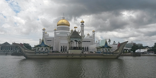Vue de la mosquée Omar Ali Saifuddin avec sa barque