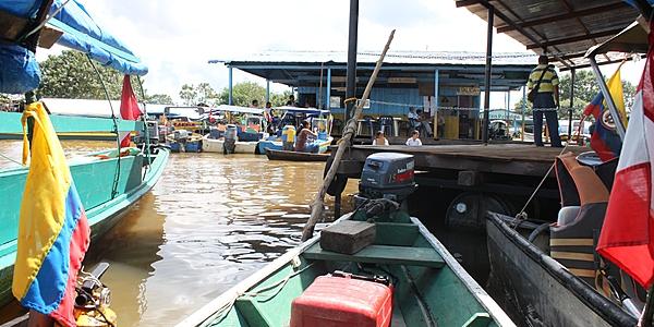 Lanchas en las orillas del Amazonas en Leticia
