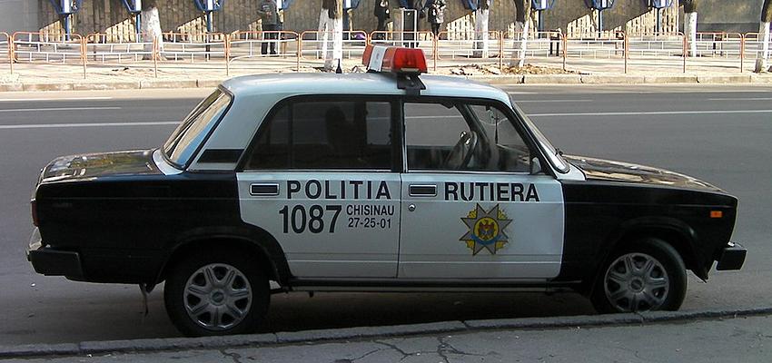 Une voiture de la police routière en Moldavie
