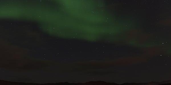 La nuit polaire permet d'observer les aurores boréales.