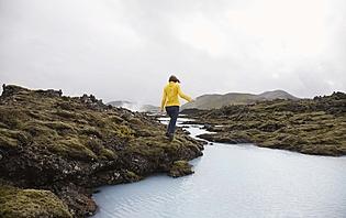 Femme marchant dans les rochers en Islande