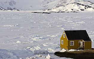 Maison jaune sur la banquise. Groenland.