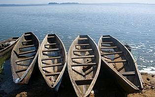 Optez pour le ferry ou le dhow pour naviguer sur les grands lacs