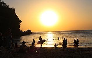 La plage de Padang Padang, lieu de rencontre des surfeurs à Bali !