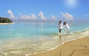 Les pieds dans l'eau en amoureux ! Aux philippines, vous en aurez l'occasion !