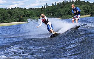 Une initiation au ski nautique en amoureux ? Donnez un peu de piment à votre lune de miel !