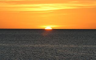 Rendre un coucher de soleil insolite en le contemplant depuis une cabane sur la plage