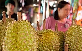 Vente de durian sur un marché