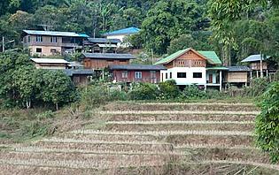 Village karen dans les montagnes du Nord
