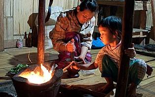 Préparation du repas dans une famille karen du Nord de la Thaïlande