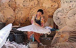 Fabrication d'ombrelles dans les environs de Chiang Mai