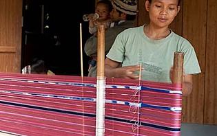 Femme karen fabricant un tissu traditionnel