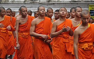 Défilé de moines
