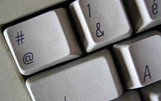 Surfer sur Internet pour trouver toutes les informations utiles à votre prochain voyage