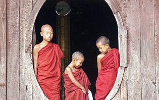 Jeunes moines au monastère