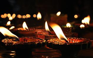 Les lumières symbolisent le chemin pris par Bouddha pour redescendre sur terre.