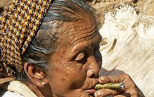 Ce sont principalement les femmes qui fument des cheroots.