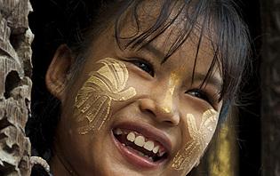 Jeune fille avec du thanaka sur les joues
