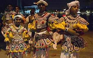 Trois hommes déguisés pour l'une des fêtes de la pleine lune