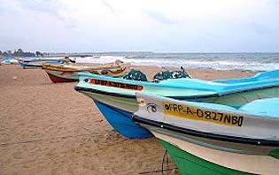 Embarcations traditionnelles sur une plage du Sud-Ouest