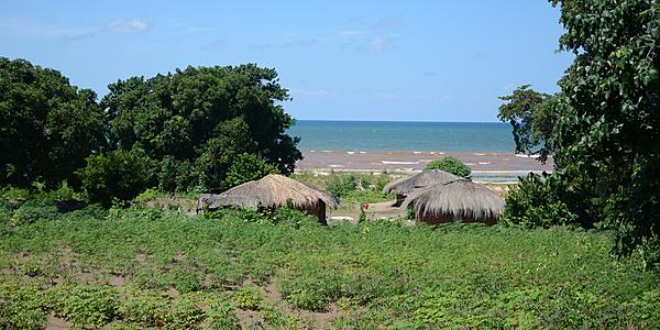 Des huttes au bord du lac Malawi