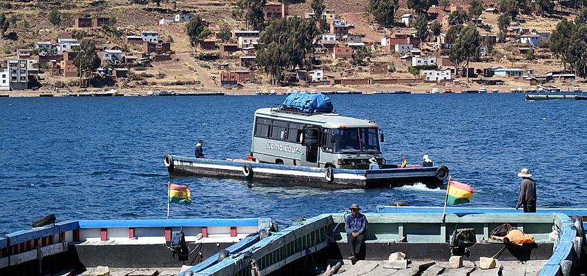 Passage d'un bus sur le lac Titicaca