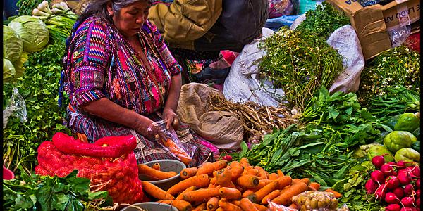 Bancarella colorata al mercato di Chichicastenango