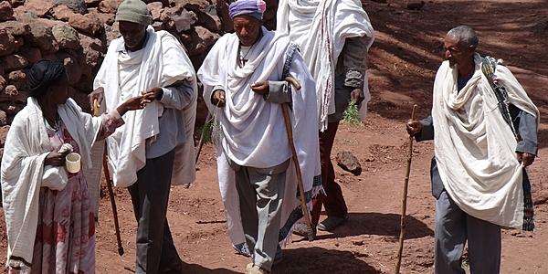 Des Ethiopiens se rendant à l'église