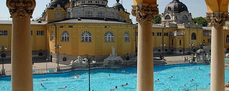 Détente aux bains thermaux de Budapest