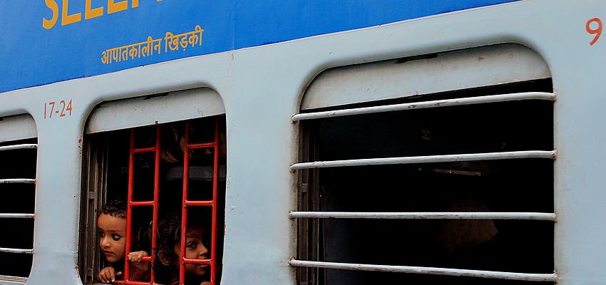 Jeunes Indiens dans une classe Sleeper dans un train indien