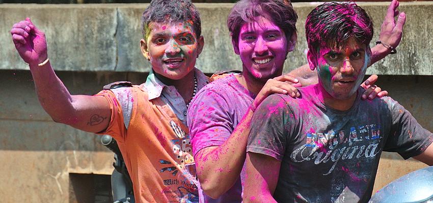 Trois Indiens fêtant Holi