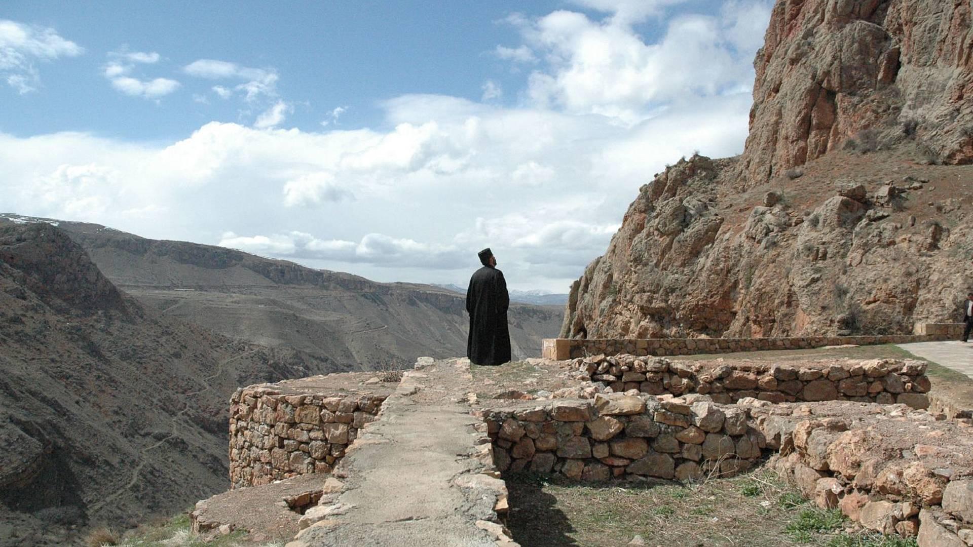 Viaggio spirituale sulla via delle croci di pietra