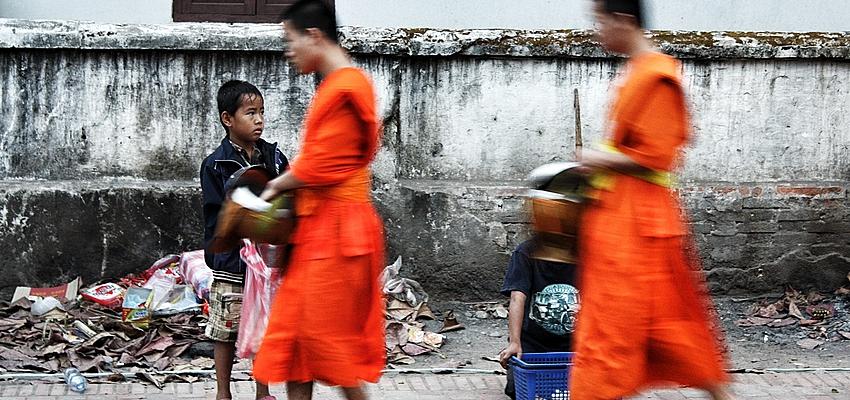 Les moines font l'aumône à Luang Prabang, Laos
