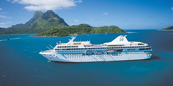 Un cargo dans les îles polynésiennes