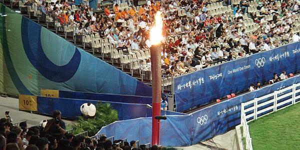 La flamme olympique dans le stade de Pékin