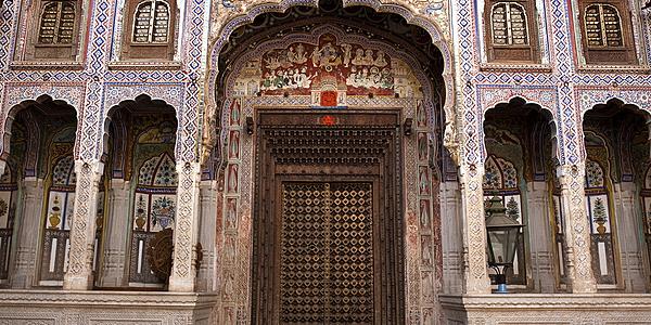 Une porte de haveli à Nawalgarh, au Rajasthan