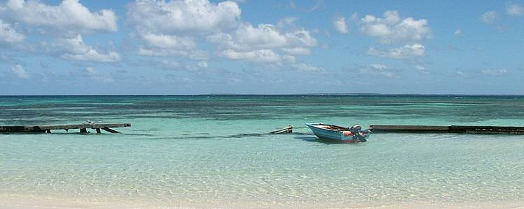 Idyllische Inseln des Tropen-Archipels mit der Familie