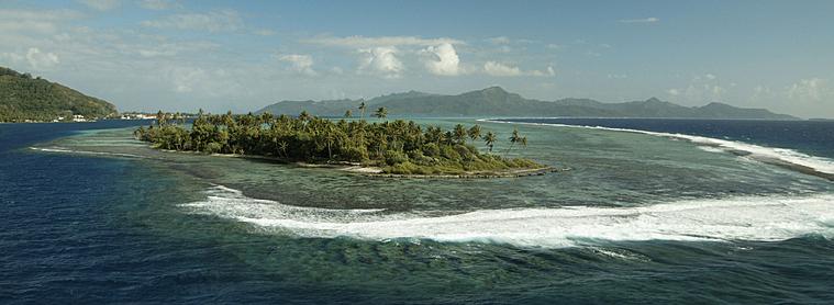 Les vagues frappant l'île de Raiatea