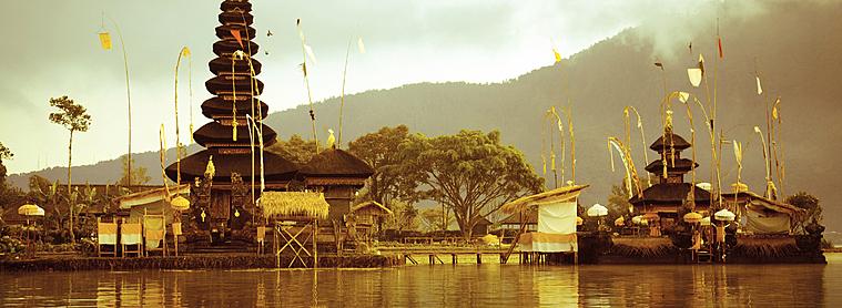 Le temple de Pura Ulun Danu Bratan à Bali, l'une des escales de nombreux touristes venus découvrir l'Indonésie !