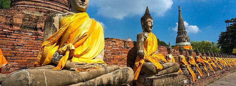 Devant un temple au Laos