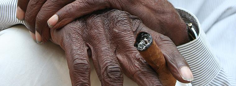 Mains avec cigare