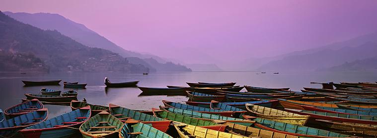 Partagez un moment romantique lors d'une balade en barque sur le lac de pehwa, à Pokhara !