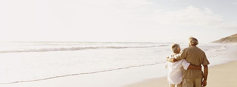 Une balade sur la plage en couple ... un moment incontournable pour une lune de miel.