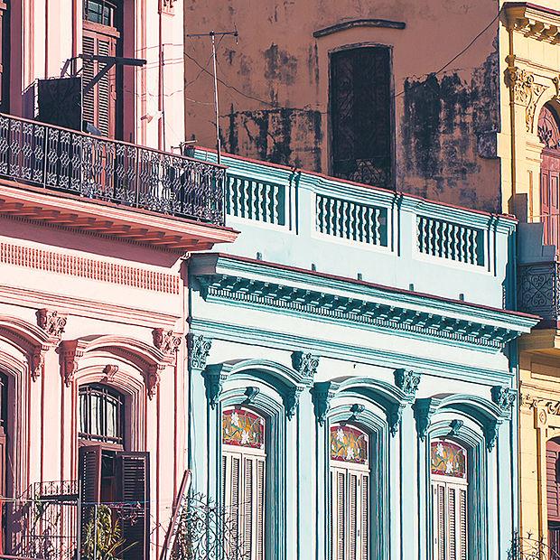 edificios en la calle principal